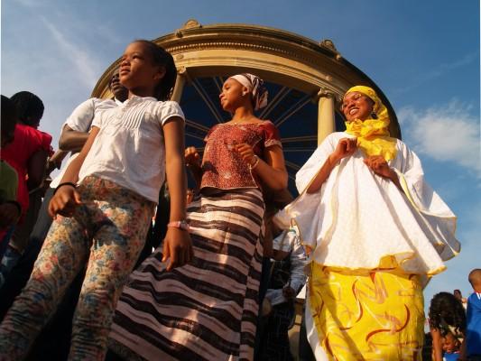 Tres generaciones de mujeres en el Día de África. Foto de Iñigo Aranguren©