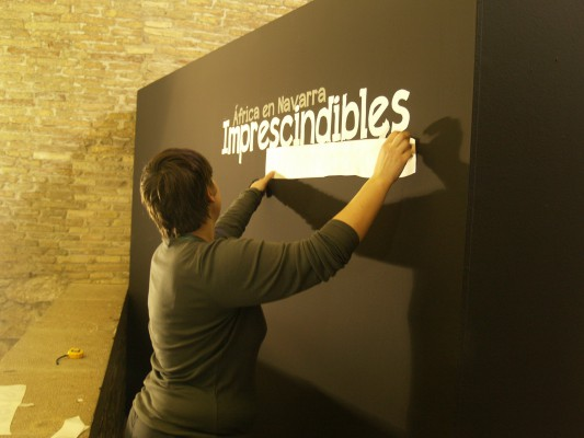 Técnica del Ayuntamiento preparando los paneles de la exposición
